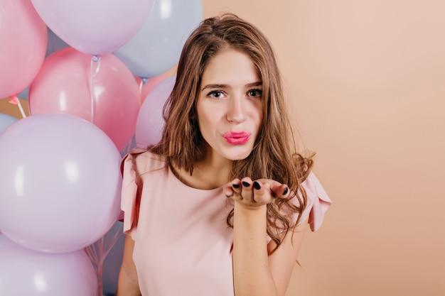 Zmęczona atrakcyjna kobieta wysyłająca pocałunek powietrza