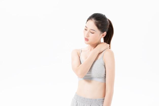 Zmęczona aura ćwiczącej młodej kobiety