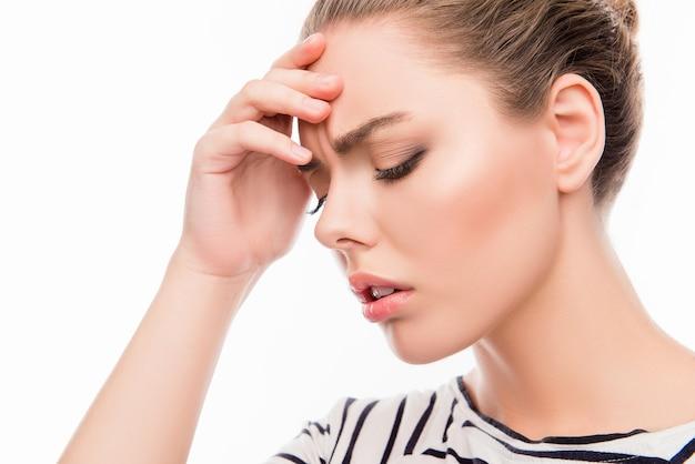 Zmęczona dziewczyna cierpi na ból głowy