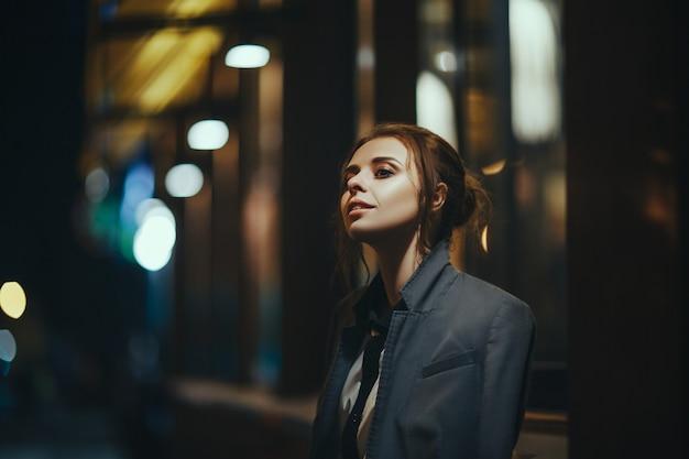 Zmęczona dziewczyna po nadgodzinach w biurze jest na ulicy