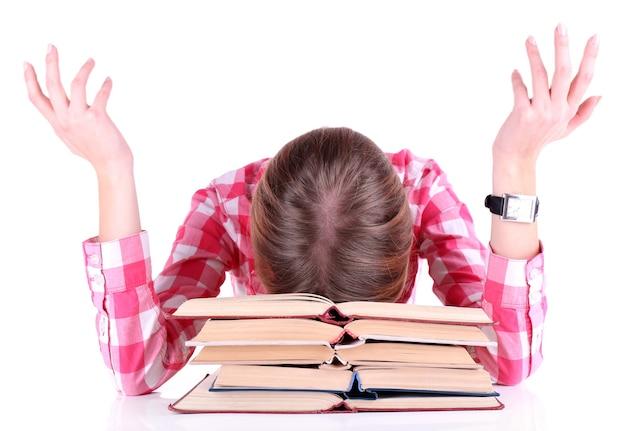 Zmęczona dziewczyna z książkami na białym tle