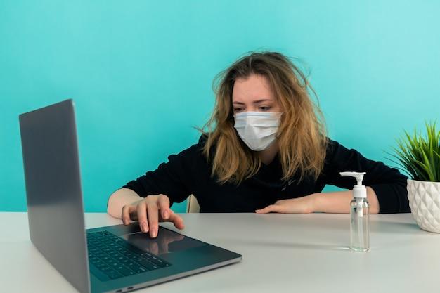 Zmęczona i zdenerwowana kobieta pracująca w izolacji w domu.