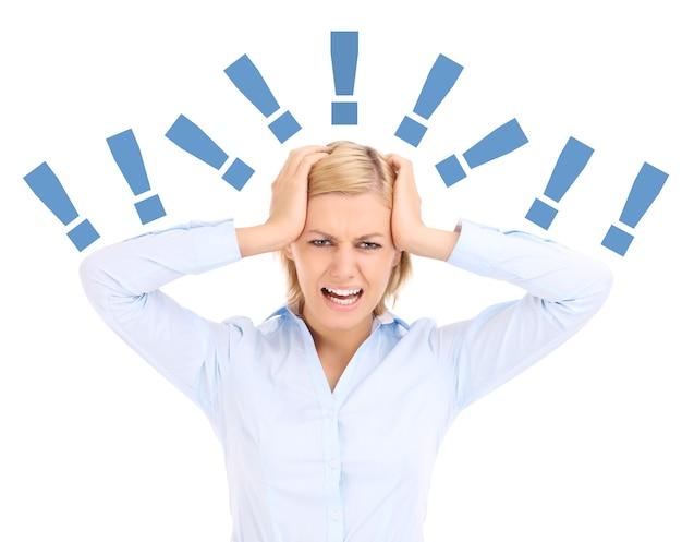 Zmęczona i zestresowana bizneswoman krzycząca na białym tle