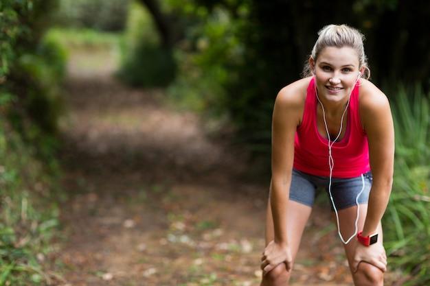 Zmęczona kobieta bierze przerwę podczas jogging