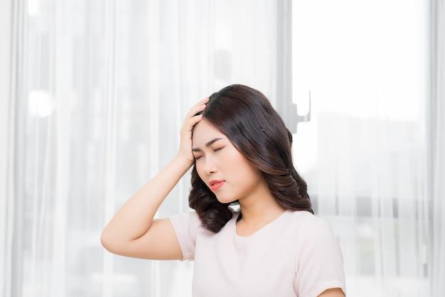 Zmęczona kobieta ma ból głowy