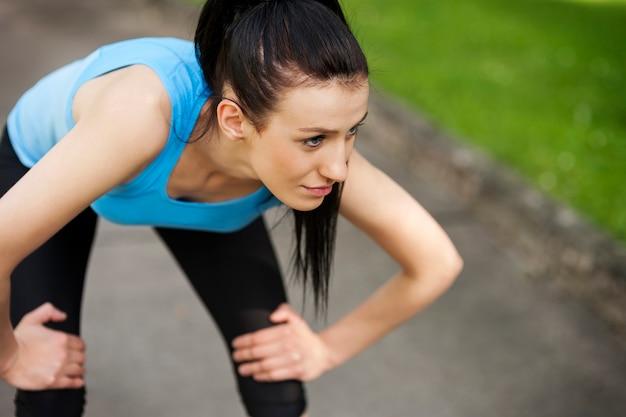 Zmęczona kobieta po joggingu