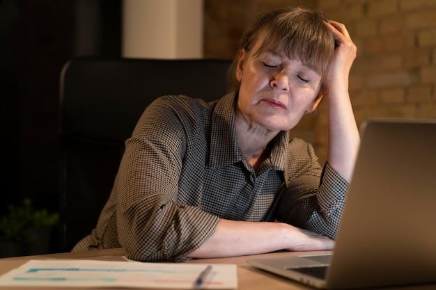 Zmęczona kobieta pracująca do późna na termin
