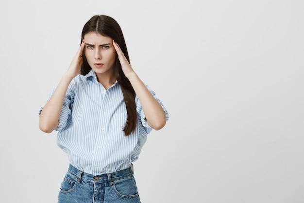 Zmęczona kobieta przedsiębiorca o bólu głowy