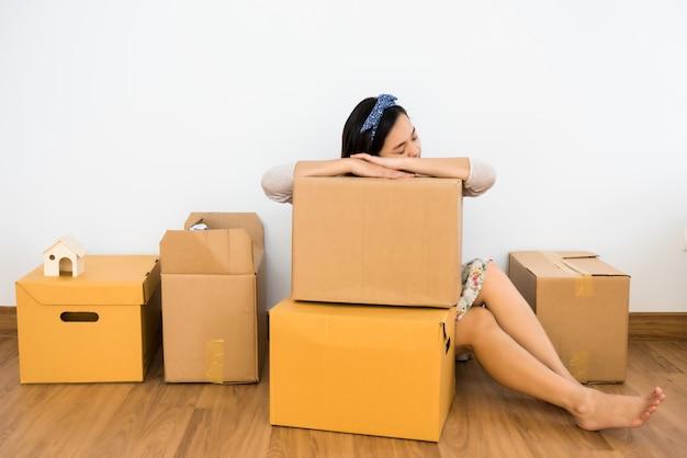 Zmęczona kobieta śpi na ruchomym pudełku