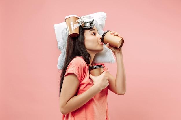 Zmęczona kobieta w domu mająca za dużo pracy. znudzona bizneswoman z poduszką i kawą