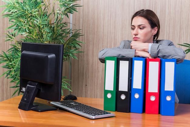 Zmęczona kobieta zestresowana zbyt dużą pracą