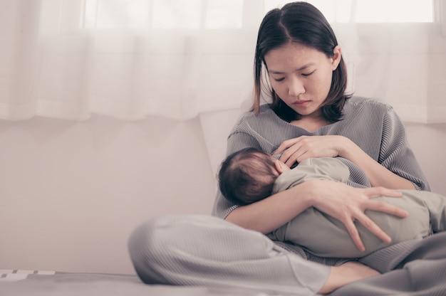 Zmęczona matka cierpi na depresję poporodową. opieka zdrowotna samotnej mamy stresująca.