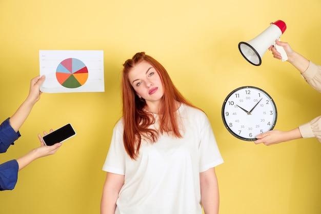 Zmęczona młoda kobieta decyduje, co zrobić ze swoim czasem