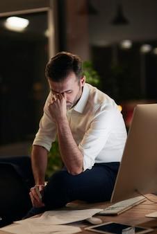 Zmęczony biznesmen cierpiący na ból głowy