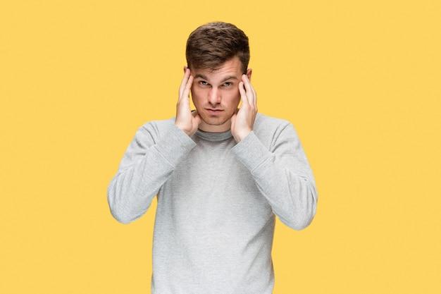 Zmęczony biznesmen z bólem głowy