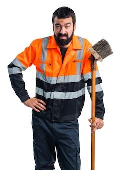 Zmęczony człowiek śmieci