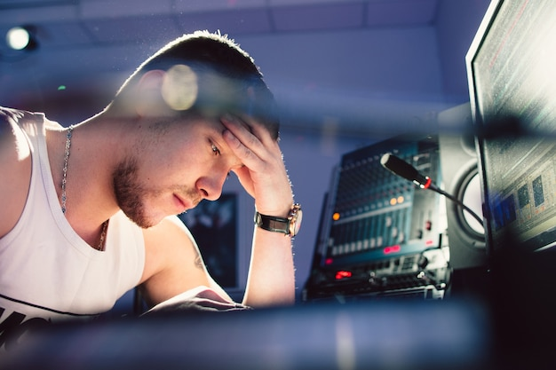 Zmęczony dj w studiu nagrań. ciężka praca.