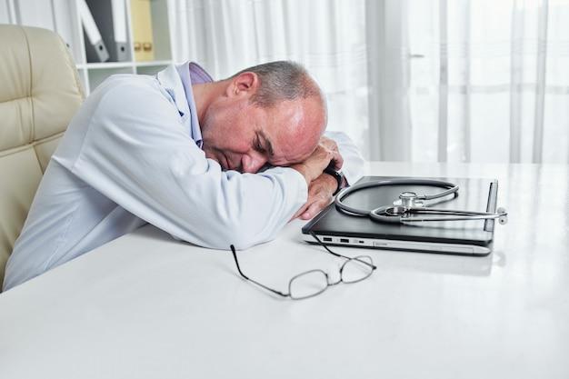Zmęczony lekarz rodzinny
