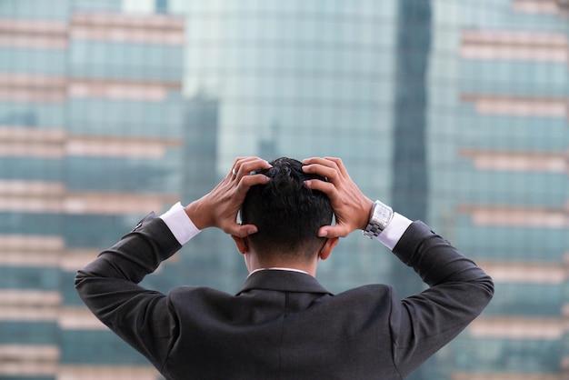 Zmęczony lub zestresowany biznesmen
