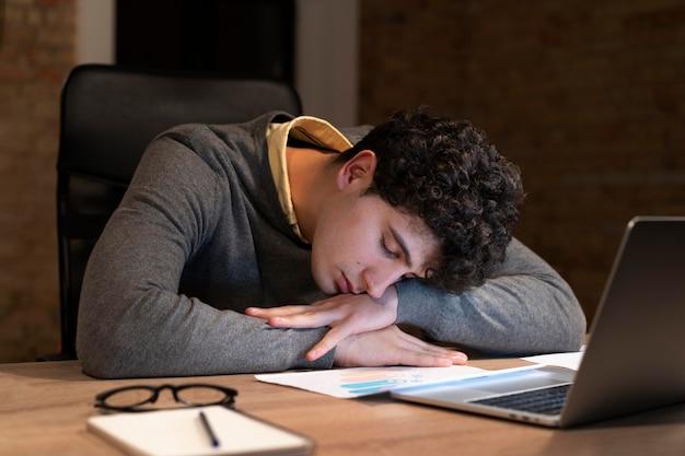 Zmęczony mężczyzna pracujący do późna w biurze