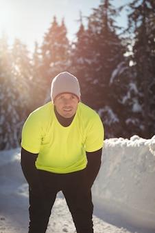 Zmęczony mężczyzna robi sobie przerwę podczas joggingu