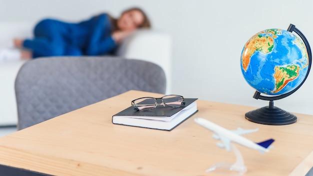 Zmęczony młody żeński uczeń w przypadkowej odzieży śpi na białej kanapie. piękna kobieta odpoczywa po ciężkiego studiowania lub dnia roboczego.