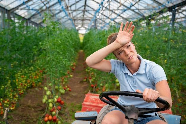 Zmęczony podczas pracy w szklarni na traktorze