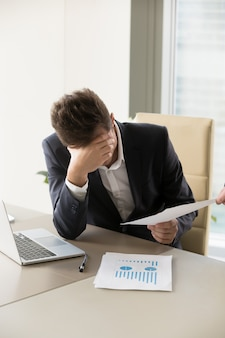 Zmęczony pracownik biurowy coraz więcej pracy