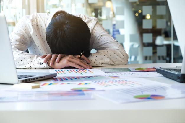 Zmęczony przepracowany biznesmen spania