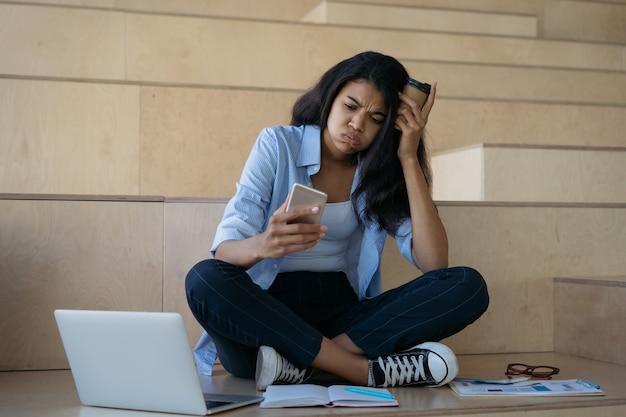 Zmęczony student afroamerykanów studiujący, uczący się, przygotowujący do egzaminów. zestresowana kobieta ciężko pracująca, przekroczony termin