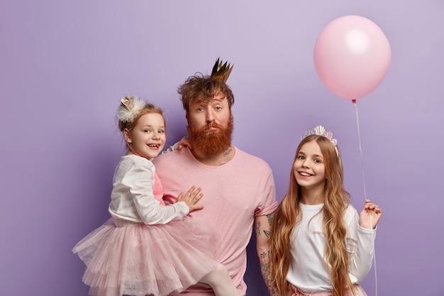 Zmęczony tatuś bawi się z rudymi dziećmi świętuje międzynarodowy dzień dziecka