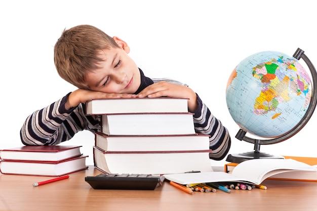 Zmęczony uczeń z książkami