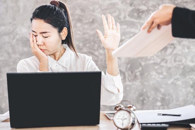Zmęczony żeński azjatycki pracownik ignoruje pracę