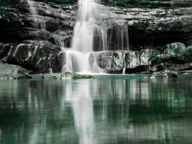 Zmeykovsky wodospad w górskim lesie. soczi