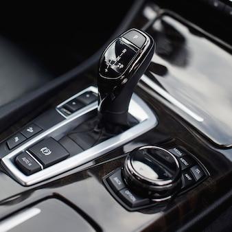Zmiana biegów w nowoczesnym samochodzie z bliska