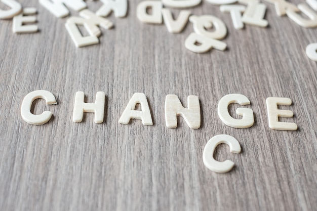 Zmiana i okazja słowo drewniane litery alfabetu. koncepcja biznesowa i pomysł