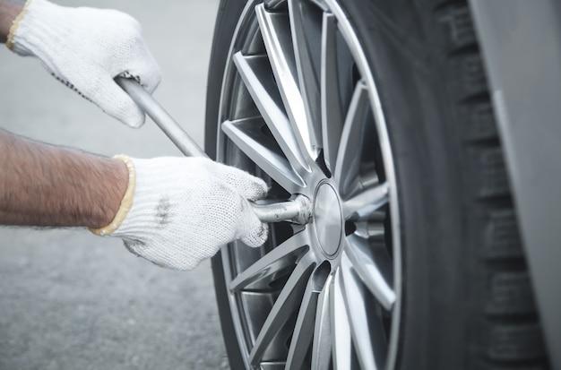 Zmiana opony samochodowej. serwis samochodowy. koncepcja montażu opon