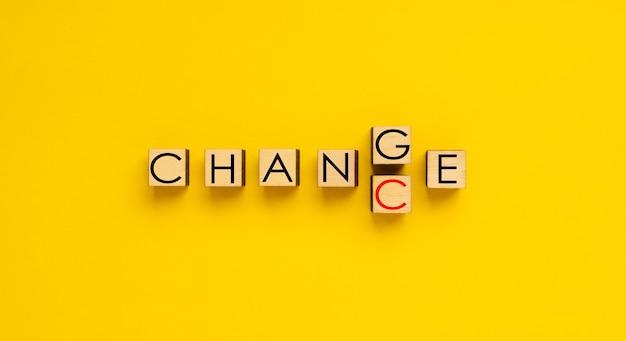 Zmiana słowa zmiana na szansę drewniane kostki do pisania słów zmiana i szansa
