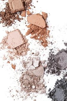 Zmiażdżone cienie do powiek na białym tle. charakteryzator, salon kosmetyczny, blog piękności