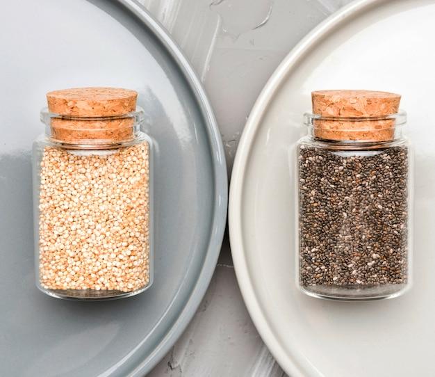 Zmiażdżone nasiona w małych szklanych słoikach
