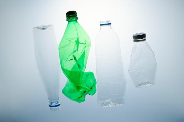 Zmiażdżone plastikowe butelki do recyklingu