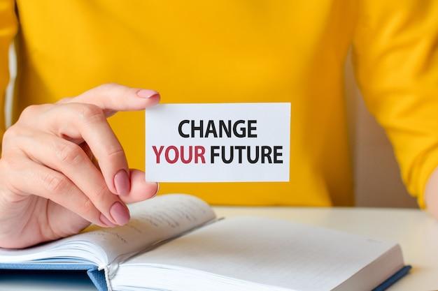 Zmień swoją przyszłość jest zapisana na białej wizytówce w dłoni kobiety