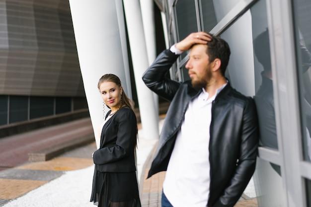 Zmieniając swoją pasję w biznes. kilku partnerów biznesowych w formalnych strojach biznesowych. romantyczna para piękny mężczyzna i zmysłowa kobieta. skoncentruj się na kobiecie