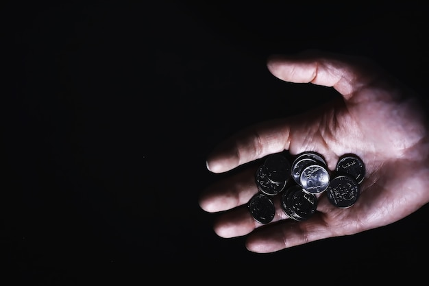 """Zmienność waluty krajowej. monety rosyjskie z napisem """"rubel"""". niski kurs rubla. upadek oczywiście. kryzys finansowy. rubel w ręku."""