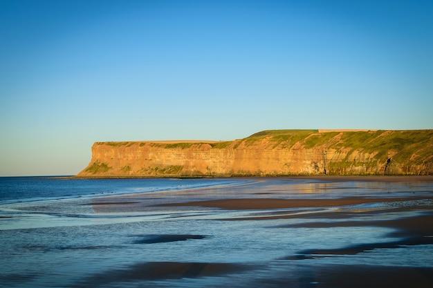 Zmierzch faleza przy saltburn morzem, north yorkshire, uk.