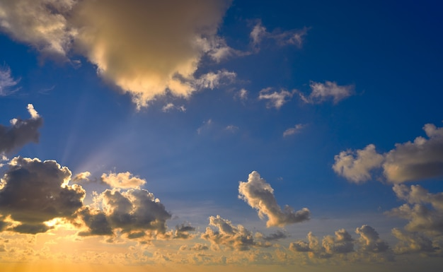Zmierzch kolorowe dramatyczne niebo chmury