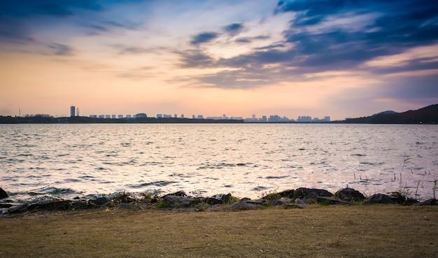Zmierzch minjiang rzeka i pejzaż miejski w fuzhou, chiny