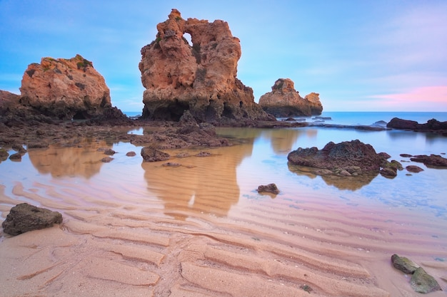 Zmierzch na górze denna plaża. portugalia algarve.