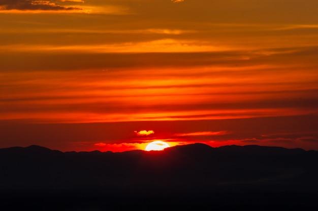 Zmierzch na górze w thailand. ostatnie światło dnia