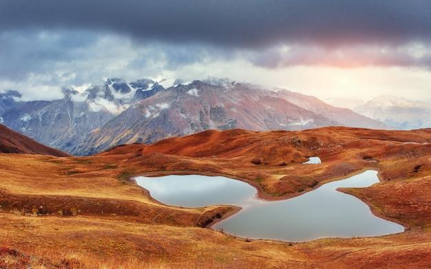 Zmierzch na halnym jeziorze koruldi. górna swanetia, gruzja, europa